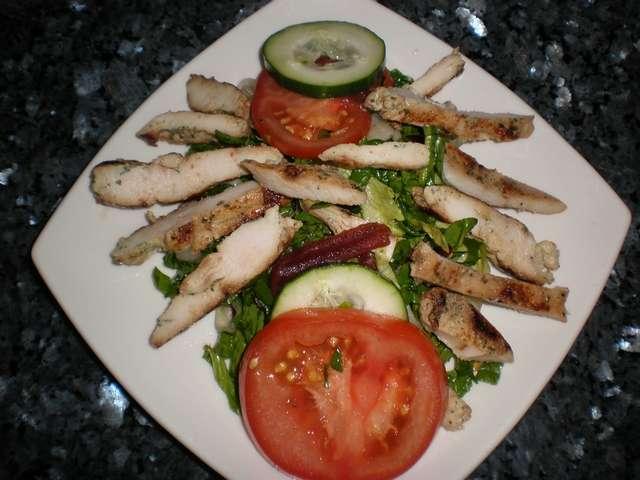 Ensalada de pechugas de pollo adobadas
